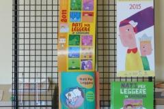 Sistema Bibliotecario di Monte Claro - Centro Regionale di Documentazione Biblioteche per Ragazzi. Espositore con alcune Guide Bibliografiche Nati per leggere