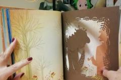 """""""Canto di Natale"""" in versione Kirigami (libro intagliato). Tratto dal racconto di di Charles Dickens"""